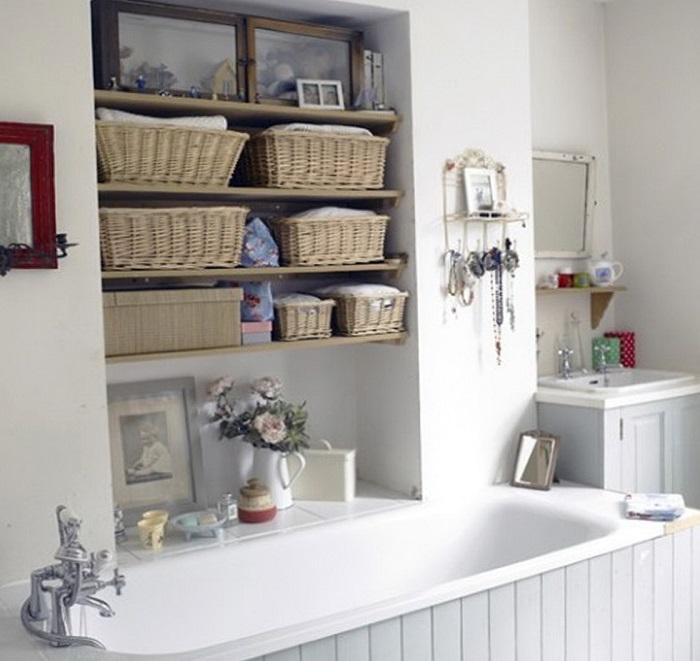 Выемка в стене возле ванны. При необходимости удобно взять полотенце.