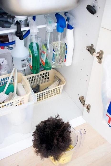 Не оставляйте пустовать место под раковиной. Там можно положить различные средства для уборки.