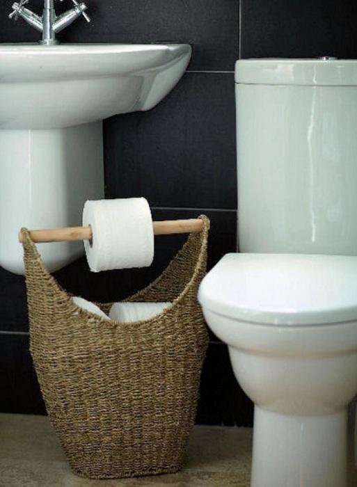 Использовать такую корзину можно в двух случаях, первый – это хранение туалетной бумаги, а второй – держатель для туалетной бумаги.