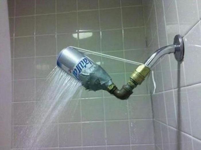 Не стоит приобретать в магазине обычные головки для душа. С помощью обычной пластмассовой бутылки у вас будет оригинальный и дизайнерский душ.