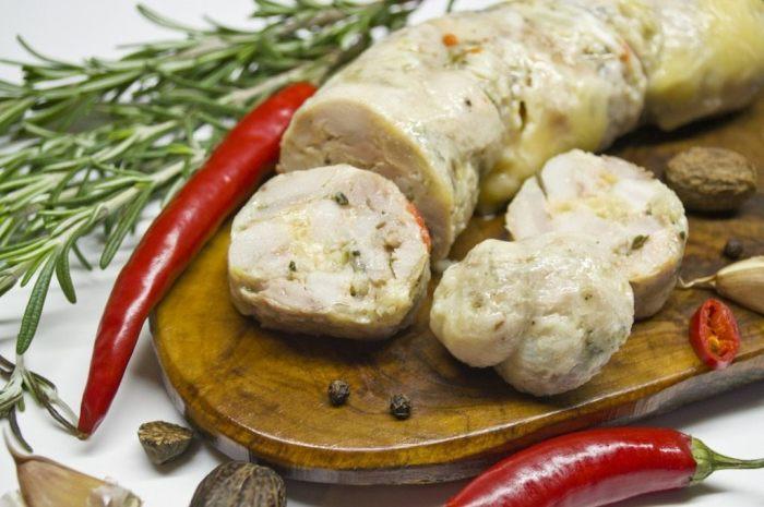 Отварная домашняя колбаса из индейки. \ Фото: botanichka.ru.