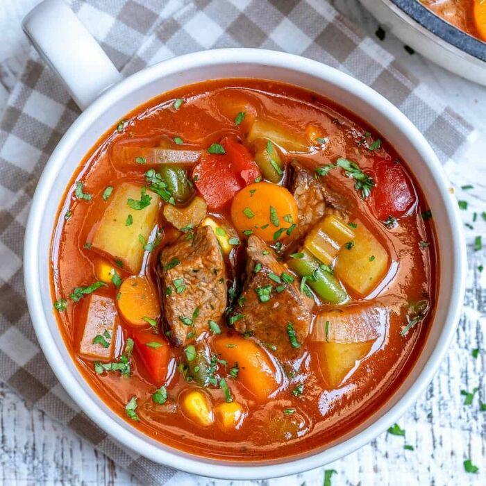 Суп с тушёнкой. \ Фото: pinterest.com.