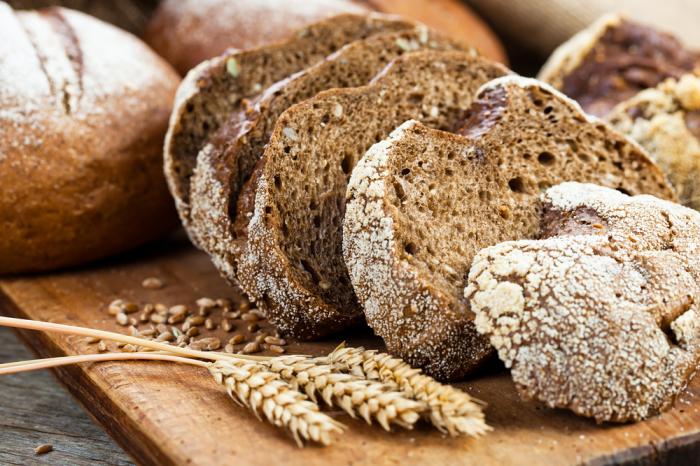 Чёрный хлеб. \ Фото: bfm74.ru.