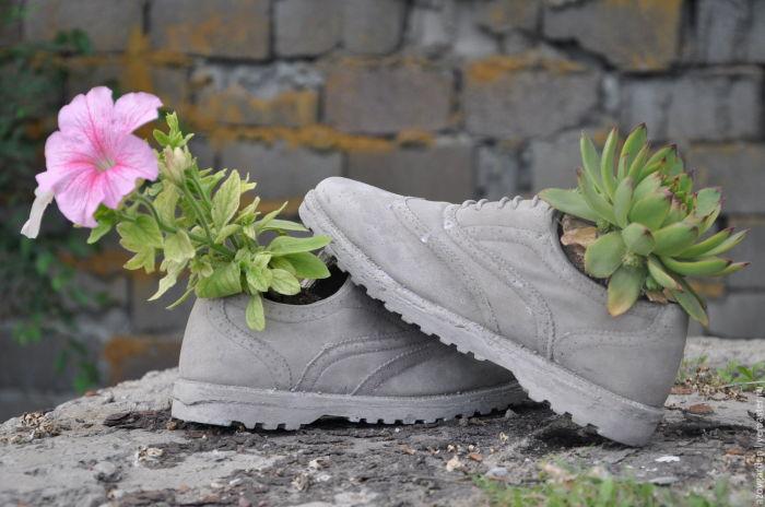 Стильным решением станут горшки, стилизованные под обувь. Особо смелые умельцы могут и сами смастерить нечто подобное из старых ботинок, кроссовок и туфлей.