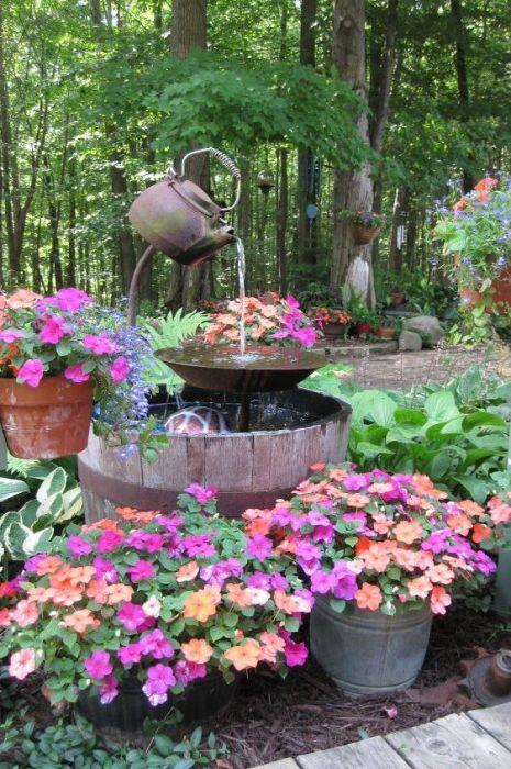 Старый чайник и бочка - идеальный вариант для фонтана. \ Фото: countryliving.com.