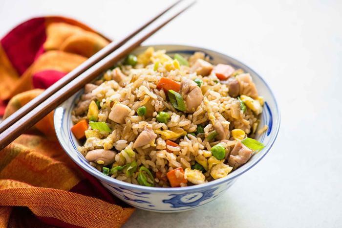 Рис с овощами и куриным филе. \ Фото: yumchief.com.