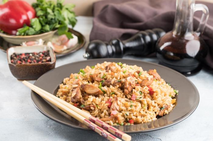 Рассыпчатый рис с куриным филе и овощами. \ Фото: zira.uz.