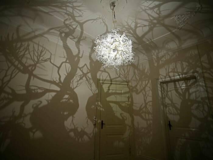 Люстра, которая превращает вашу комнату в лес. \ Фото: google.com.