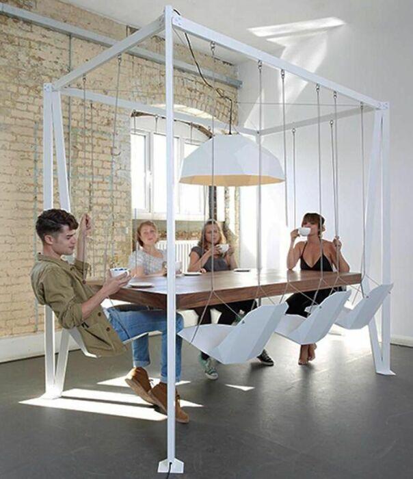 Висячий стол с качелями. \ Фото: pinterest.co.uk.
