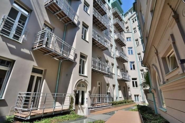 Вот в таком симпатичном жилом районе можно снять весьма неплохую квартиру-студию.