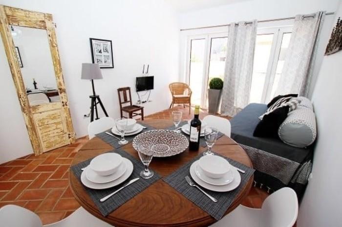 За эти деньги можно арендовать вполне уютную однокомнатную квартиру и приятный бонус в придачу - три минуты до пляжа.
