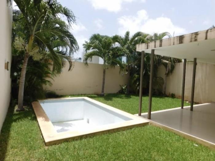 И бассейном во дворе.