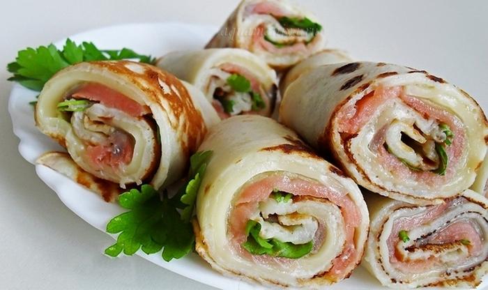 Блинные рулетики можно приготовить с мясной, рыбной, овощной или сладкой начинкой.
