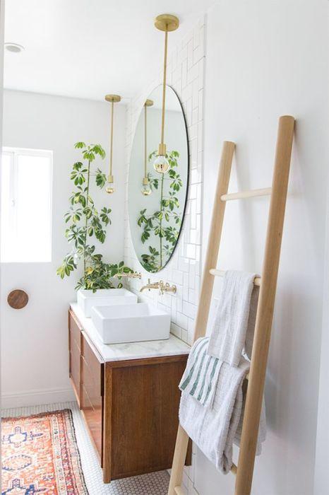Привнести оригинальность в интерьер ванной комнаты можно и при помощи второстепенных деталей. Например, использовать вот такую вот «лестницу» для полотенец и халатов.
