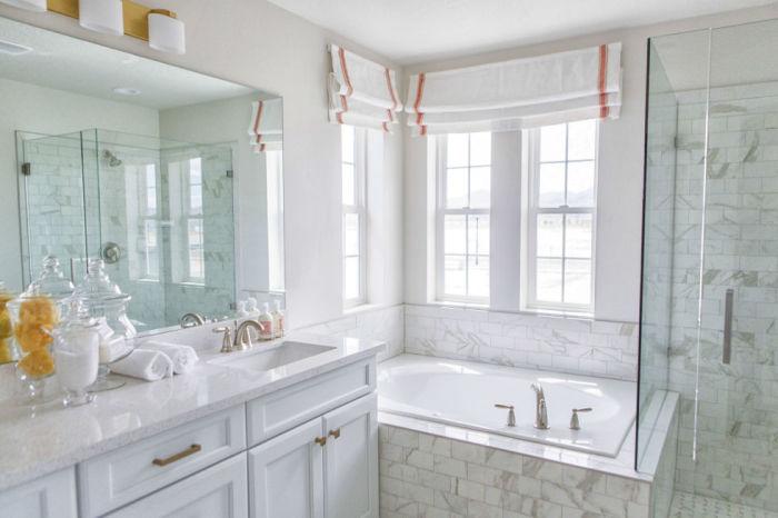 Белый цвет сантехники в сочетании с плиткой под мрамор приятно удивит, зрительно расширив пространство.