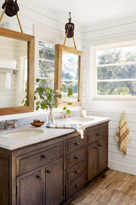 Не стоит отказываться от подвесных зеркал. Они могут стать приятным декором ванной комнаты.