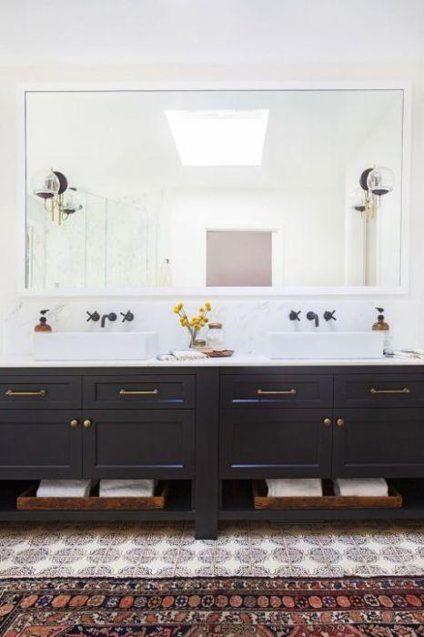 Мозаичная плитка и ковровое покрытие идеально вписываются в интерьер современной ванной, делая её более уютной.