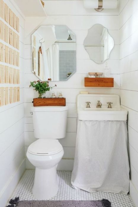 Деревянная накладная панель на стене с крючочками для полотенец - приятное дополнение интерьера.