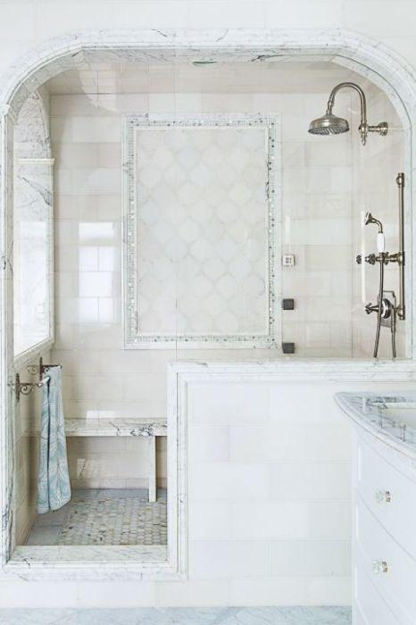 Необычное сочетание хрома, мрамора и плитки холодно-белого оттенка подарят ощущение лёгкости и свежести.
