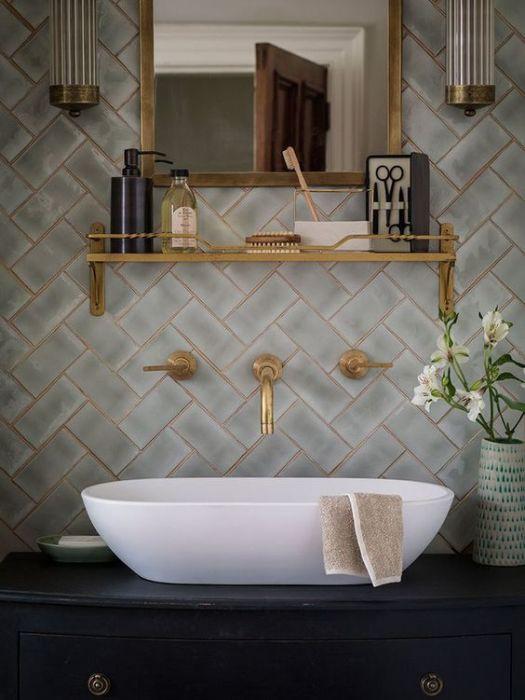 Блеском хромированных аксессуаров для сантехники ванной комнаты уже никого не удивить. Поэтому выбирайте более оригинальные вещи, которые подчеркнут интерьер.