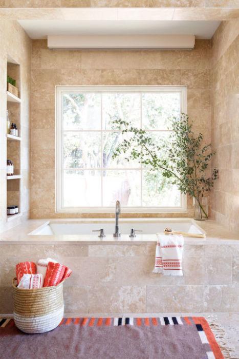 Разбавьте интерьер ванной комнаты растениями.