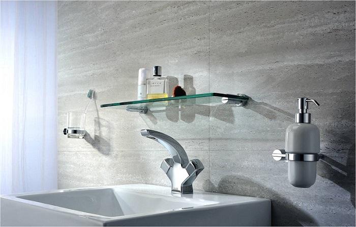 Хромированные аксессуары для ванной. \ Фото: santehprospekt.ru.