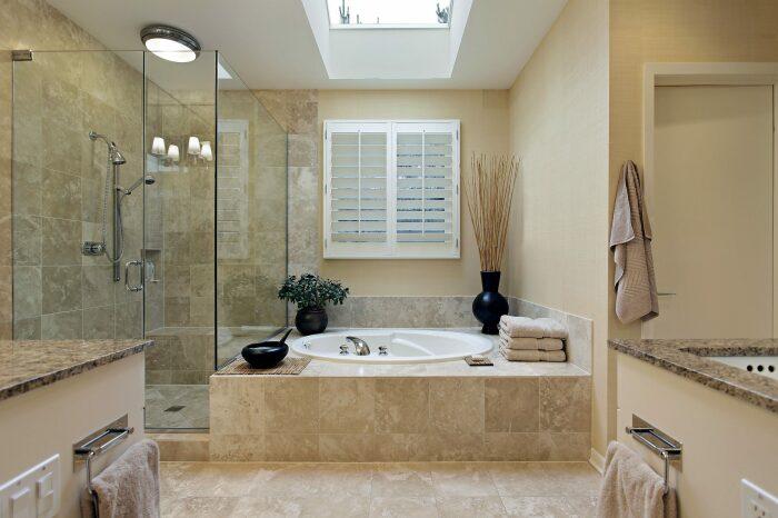 Душ и ванная в одном помещении. \ Фото: arielbuildersinc.com.