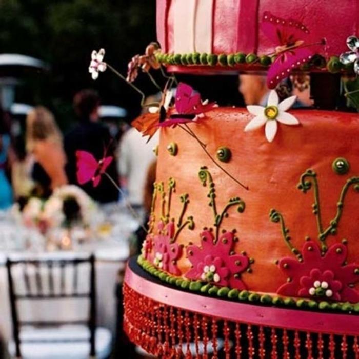 Красный торт с украшениями Сваровски.
