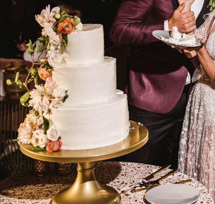 Белый торт с сахарными цветами.