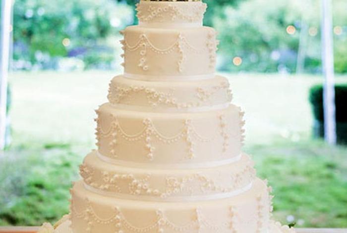 Шестиярусный торт с элегантным дизайном.