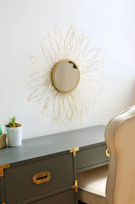 Вешаем готовое зеркало на стену. \ Фото: blitsy.com.