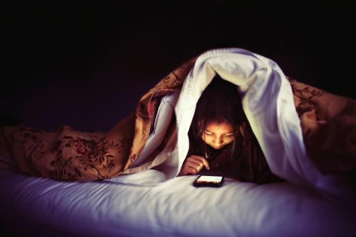 Перестаньте использовать смартфон перед сном. \ Фото: elson.com.ua.