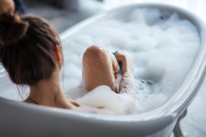 Принимайте тёплую, а не горячую ванну. \ Фото: the-challenger.ru.