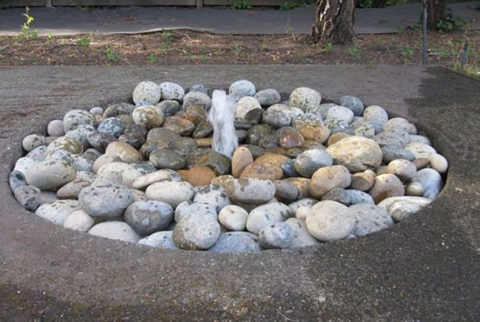 Декоративный каменный фонтан. \ Фото: google.ru.