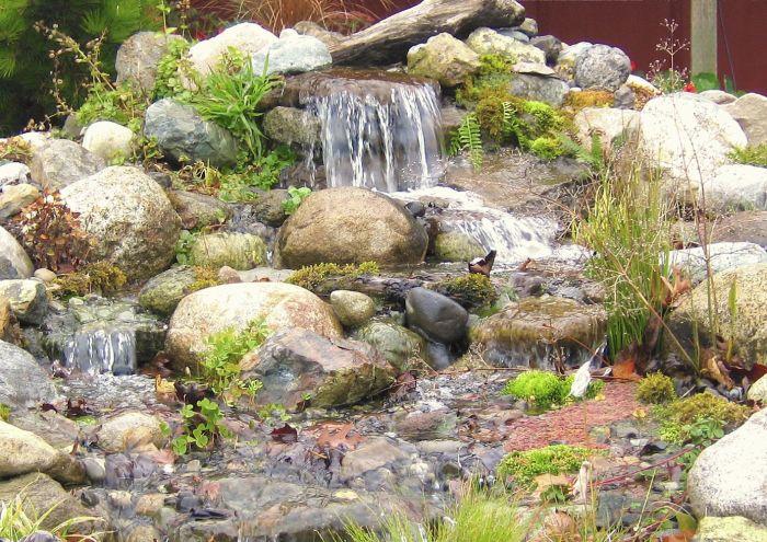Фонтан-родник, живописно украшенный зеленью. \ Фото: google.com.