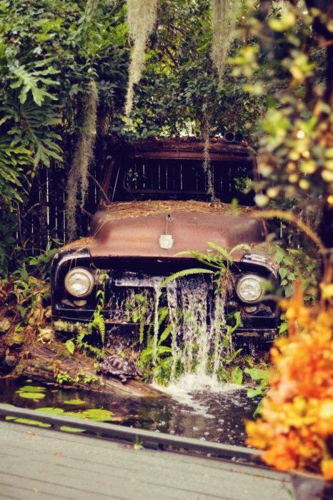 Фонтан, сделанный с основой из старого автомобиля. \ Фото: happymodern.ru.