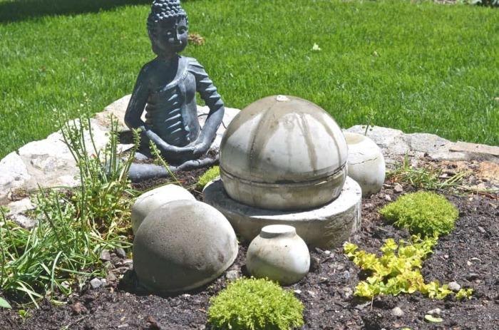 Самодельный фонтан из клумбы и бетонного шара. \ Фото: atcharlotteshouse.com.