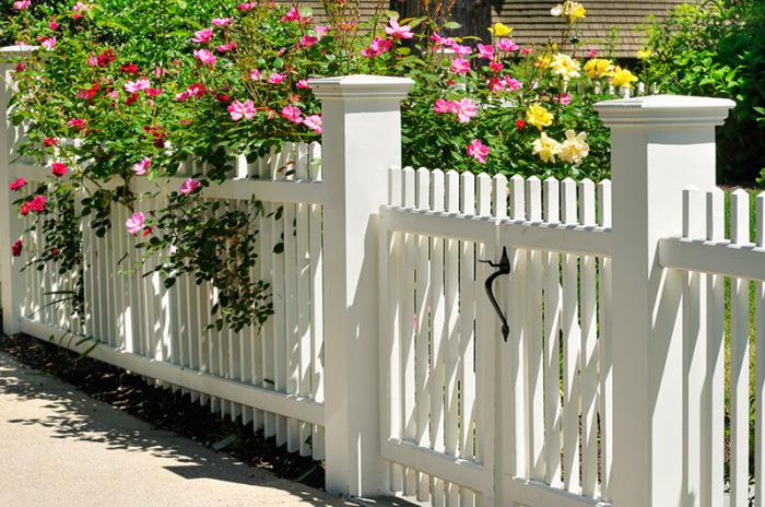 Элегантный забор из штакетника.