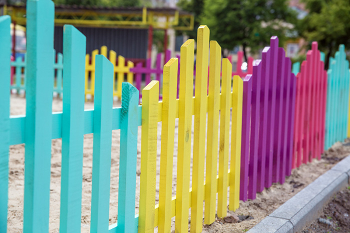 Разноцветный забор.