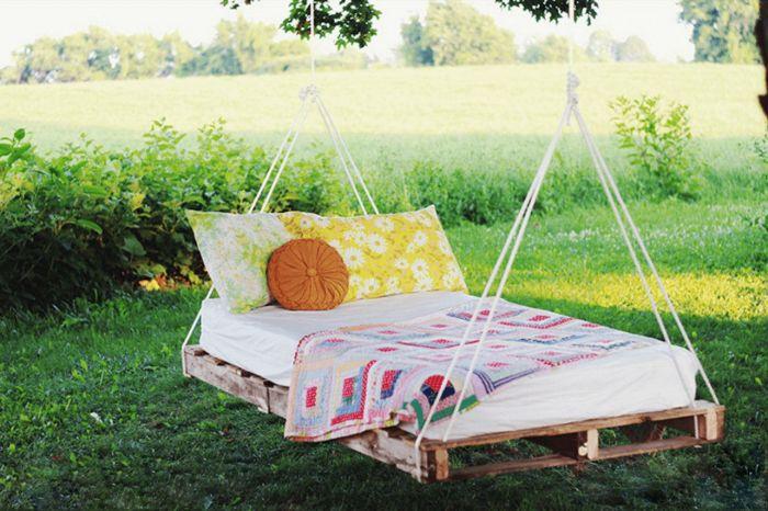 Качели-кровать из поддонов. \ Фото: vk.com.