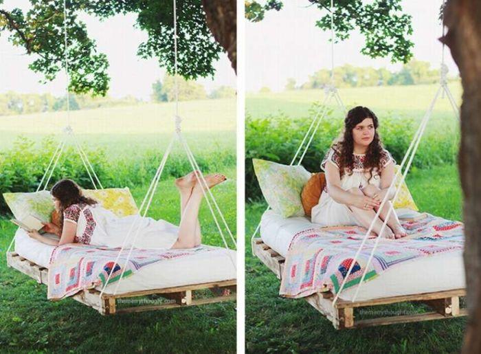 Оригинальные подвесные качели из поддонов. \ Фото: pinterest.co.uk.
