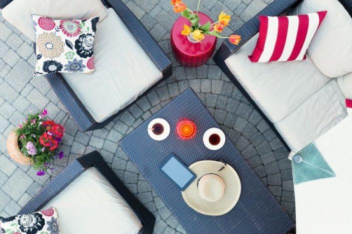 Летний дворик украшен брусчаткой, уложенной по кругу.