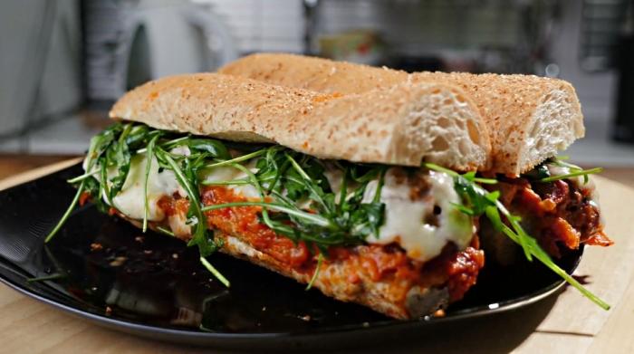 Вкусный сэндвич с фрикадельками. \ Фото: google.ru.