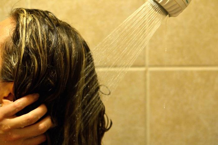 Мойте голову тёплой водой без шампуня. \ Фото: ashleysgreenlife.com.