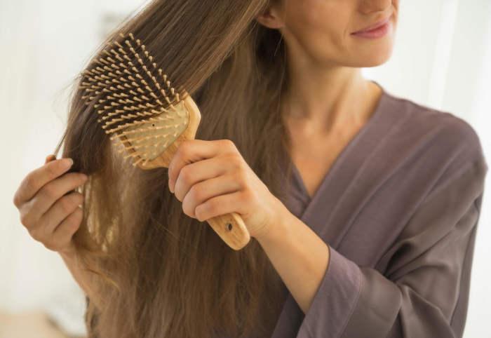 Балуйте волосы расчёсыванием. \ Фото: allthingshair.com.