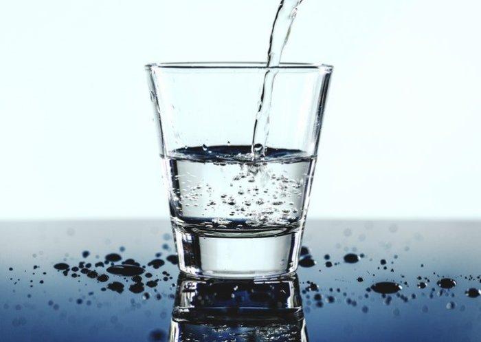 Вода с солью. \ Фото: basicadultstuff.com.