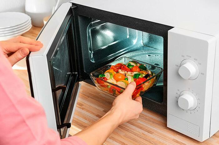 Приготовление овощей в микроволновки. \ Фото: cosmo.ru.
