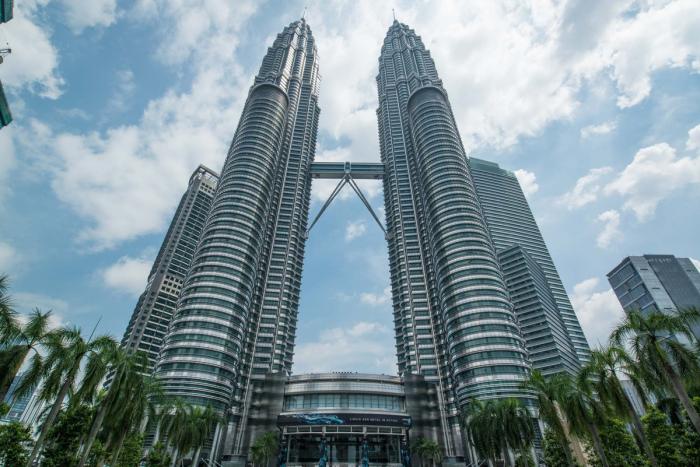 Эти башни соединяет небесный мост.