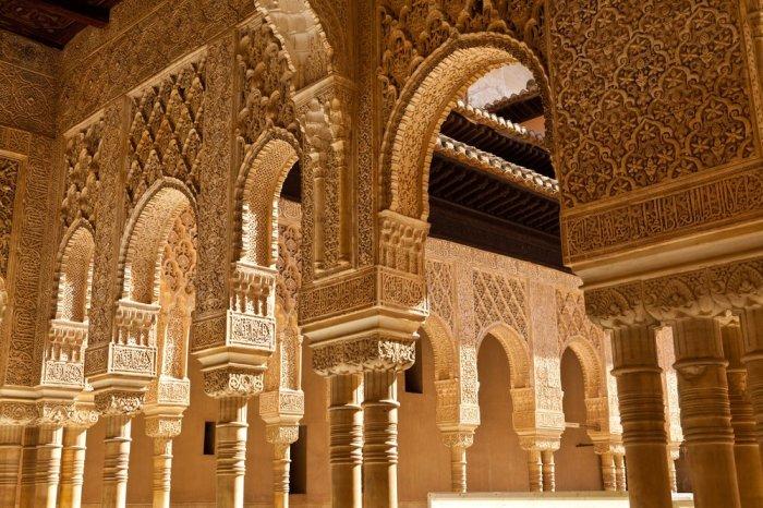 Интерьер дворца Альгамбра.