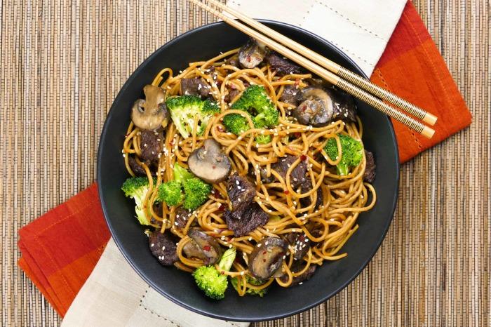 Немного азиатской кухни не помешает. \ Фото: paintthekitchenred.com.